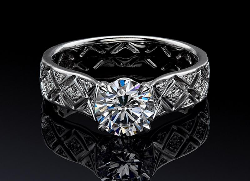 Особую ценность и популярность завоевали украшения с бриллиантами, так как являются вечными, в